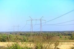 Linea elettrica ad alta tensione sui supporti del metallo Fotografia Stock