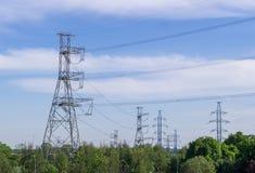 Linea elettrica ad estate nella città industriale, natura fotografia stock