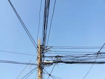 Linea elettrica elettrica del palo e linea di comunicazione Fotografie Stock
