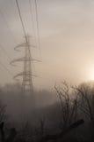 Linea elettrica minacciosa torre in natura Fotografia Stock