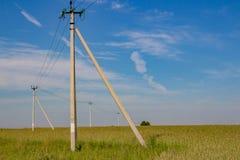 Linea elettrica nella campagna, pali di potere fotografia stock
