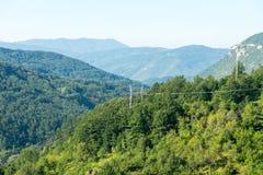 Linea elettrica nelle alpi di Dinaric, Serbia Fotografia Stock