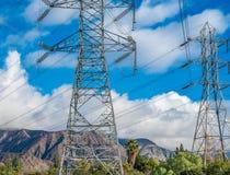 Linea elettrica sopraelevata in cielo blu Fotografia Stock Libera da Diritti