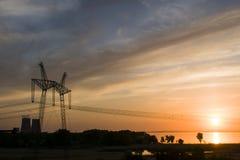 Linea elettrica supporto contro lo sfondo di un tramonto rosso sul Immagine Stock