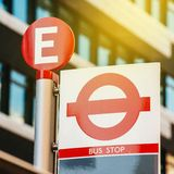 Linea fermata dell'autobus a Londra Fotografia Stock Libera da Diritti