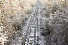 Linea ferroviaria abbandonata della singola pista in tempo di congelamento soleggiato fotografie stock libere da diritti