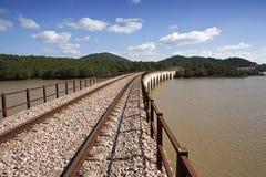 Linea ferroviaria Cordova - Almorchon, ponte di Las Navas, vista dal Los Puerros, può essere visto nella priorità alta, comune del Fotografie Stock