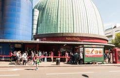 Linea fuori del museo della cera di Mdame Tussauds, strada di Marylebone, Londra Fotografie Stock Libere da Diritti