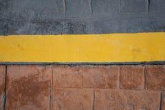 Linea gialla del confine del marciapiede sulla strada, fondo astratto fotografie stock