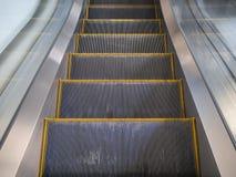 Linea gialla moderna scala mobile nel centro commerciale fotografie stock libere da diritti