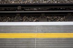 Linea gialla su un binario del treno Immagine Stock Libera da Diritti