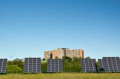 Linea grandi pannelli solari sulla natura Fotografia Stock