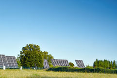 Linea grandi pannelli solari sulla natura Immagini Stock Libere da Diritti