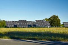 Linea grandi pannelli solari sulla natura Immagine Stock