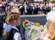 Linea il 1° settembre della scuola in Russia Fotografia Stock