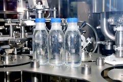 Linea industriale per il versamento dell'acqua minerale fotografia stock libera da diritti