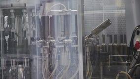 Linea industriale per vino imbottigliante stock footage