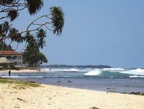 Linea lunga dell'onda di oceano dall'onda bianca sul beac tropicale giallo dell'oceano Fotografia Stock