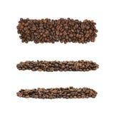 Linea mucchio di chicchi di caffè isolati fotografia stock