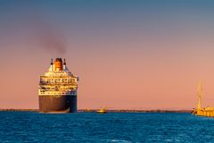 Linea nave ammiraglia di Cunard di RMS Queen Mary 2 al tramonto Fotografia Stock Libera da Diritti