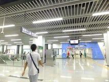 Linea 11, paesaggio dell'interno della metropolitana di Shenzhen della stazione della metropolitana di Baoan Immagine Stock Libera da Diritti