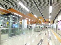 Linea 11, paesaggio dell'interno della metropolitana di Shenzhen della stazione della metropolitana di Baoan Fotografie Stock Libere da Diritti