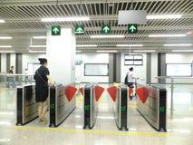 Linea 11, paesaggio dell'interno della metropolitana di Shenzhen della stazione della metropolitana di Baoan Immagini Stock