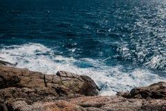 Linea rocciosa della costa di mare fotografia stock