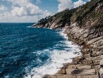 Linea rocciosa della costa di mare fotografia stock libera da diritti