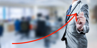 Linea rossa della curva di tiraggio dell'uomo d'affari, strategia aziendale Immagini Stock Libere da Diritti