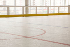 Linea rossa sulla pista di pattinaggio dell'hockey Affronti fuori il cerchio moderno svuoti Vista frontale da ghiaccio Immagine Stock Libera da Diritti