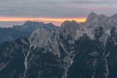 Linea spettacolare di alba dietro una cresta della montagna Immagini Stock Libere da Diritti