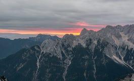 Linea spettacolare di alba dietro una cresta della montagna Immagine Stock