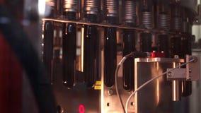 Linea tecnologica per l'imbottigliamento della birra in fabbrica di birra. - stage1 stock footage