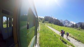 Linea tranviaria antiquata di m. Montblanc a due hikkers Il ` Aigle di Nid d è ultima stazione Mont Blanc Tramway Fotografie Stock Libere da Diritti