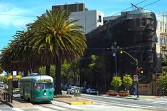 Linea tranviaria verde sulla strada Immagine Stock Libera da Diritti