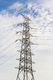 Linea trasmissione di corrente elettrica sulla posta Fotografie Stock Libere da Diritti