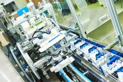 Linea trasportatore per le fiale d'imballaggio in scatole Fotografie Stock