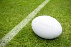 Linea vicina di prova della palla di rugby sul passo di rugby Fotografia Stock Libera da Diritti