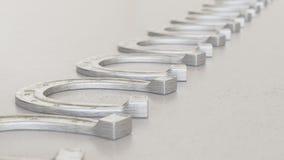 Lineaire Serie van Chrome-Paardschoenen op Licht Gray Surface Royalty-vrije Stock Fotografie