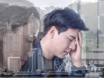 Lineaire Vlakke Bedrijfsdiemensen over het verlies worden teleurgesteld Grafisch op monitor die neer vallen Bedrijfsdalingsconcep stock foto