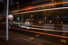 Linearer Lichteffekt eines Stadtbusses Stockbilder