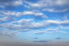 Lineas horizontales de las nubes blancas en un cielo azul Fotografía de archivo