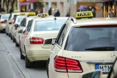 Lined up parkte Taxis Stockbilder