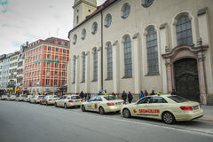 Lined up parkte Taxis Lizenzfreie Stockbilder
