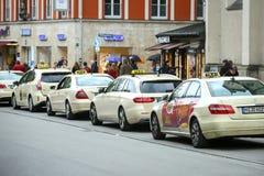Lined up parkte Taxis Lizenzfreie Stockfotografie