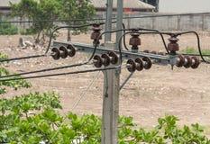 Linee ad alta tensione del cavo della posta di elettricità Immagini Stock