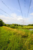 Linee ad alta tensione e piloni in un paesaggio olandese rurale Immagine Stock Libera da Diritti