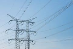 Linee ad alta tensione e un pilone di potere Fotografie Stock Libere da Diritti