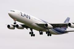 Linee aeree Airbus A340-300 di lan durante il volo immagine stock libera da diritti